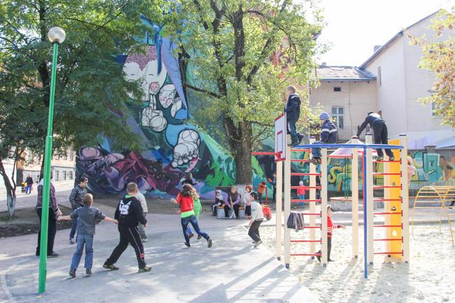 Майданчик на підзамче з графіті